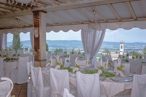 Ristorante con vista panoramica romantica sui colli Euganei terrazza estiva giardino